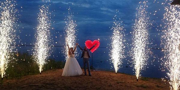 Сердца и наземный фейерверк на свадьбу